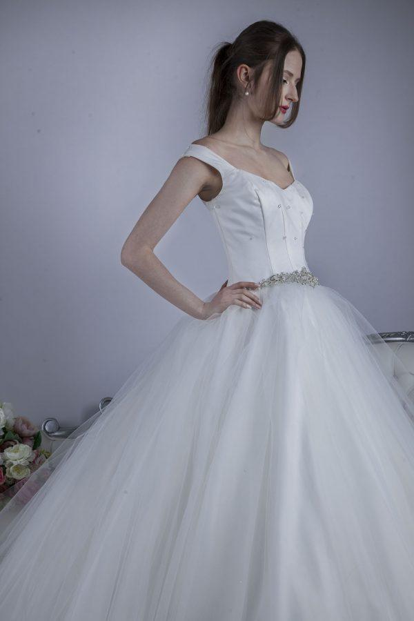 Svatební šaty ručně vyšívané