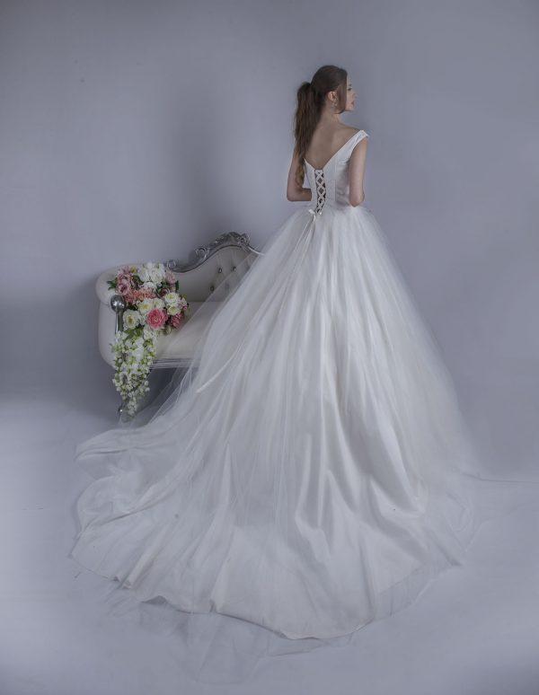 Svatební šaty se šněrovačkou a vlečkou