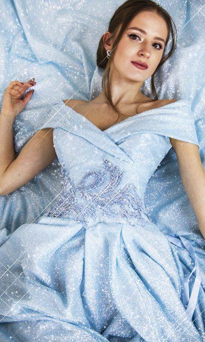 Třpytivé modré plesové šaty s rukáky