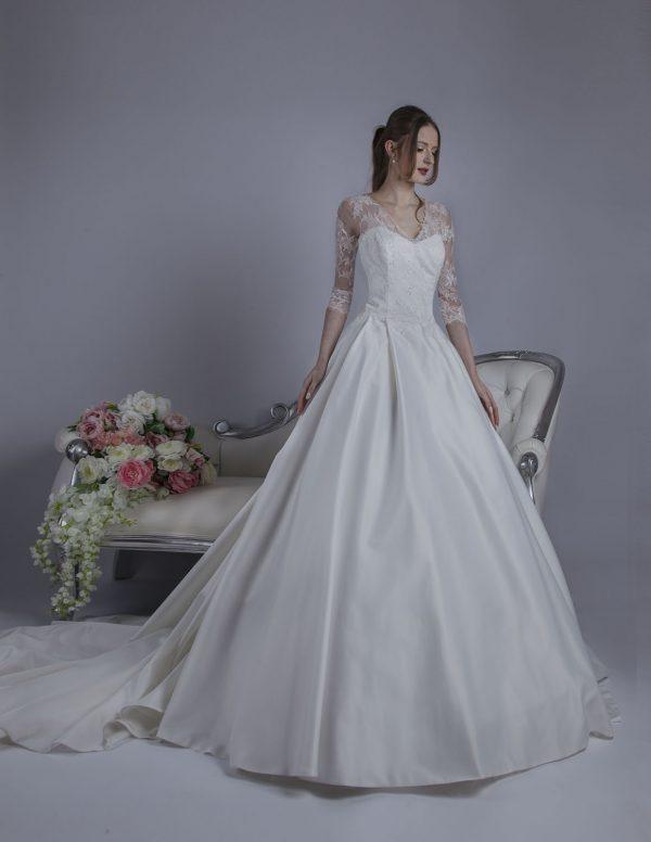 Princeznovské svatební šaty s rukávy z francouzské krajky