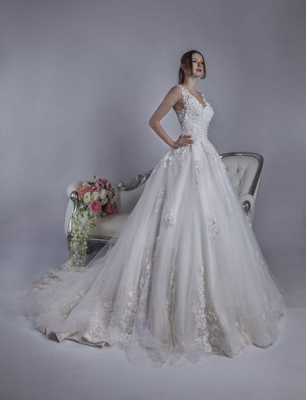 Svatební šaty s tylem a 3D květinami