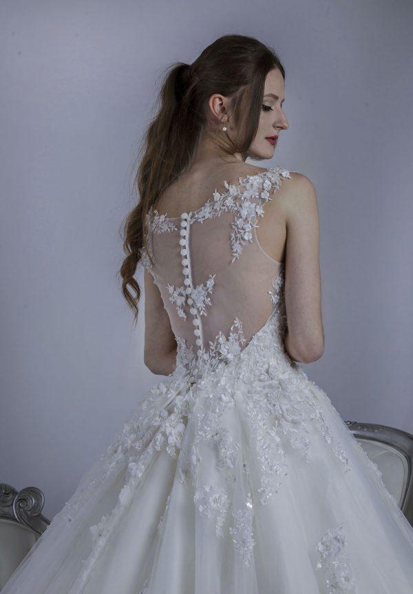 Luxusní svatební šaty ve svatebním salonu
