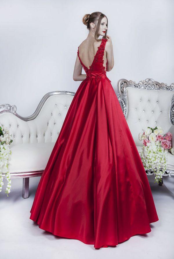 Plesové šaty s elegantním dekoltem