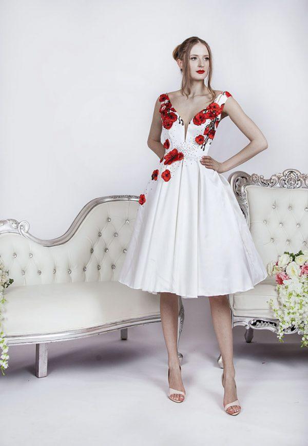 Bílé koktejlové šaty s červenými květy