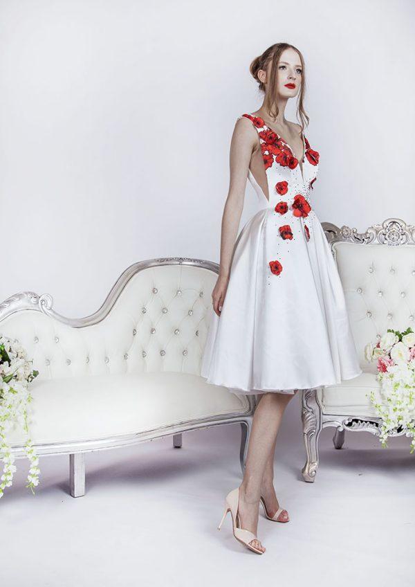 Krátké společenské šaty s červeným potiskem