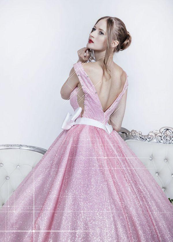 Růžové společenské šaty s bílým páskem