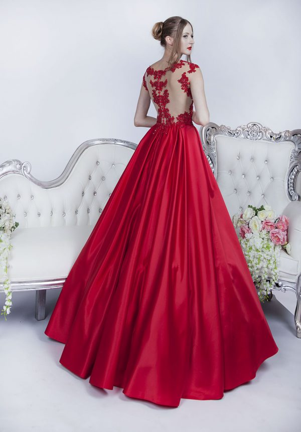 Nádherné a luxusní plesové šaty s bohatou sukní