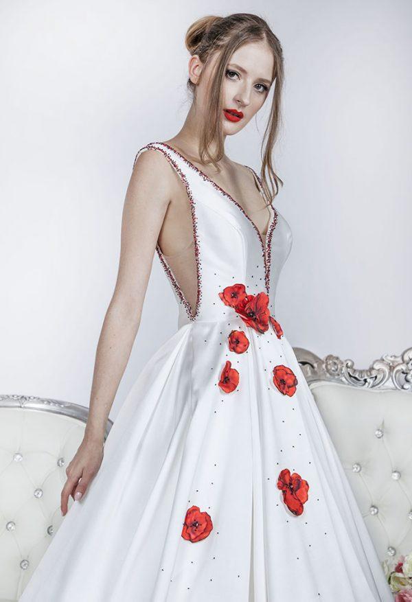 Plesové šaty s červenými květy na sukni