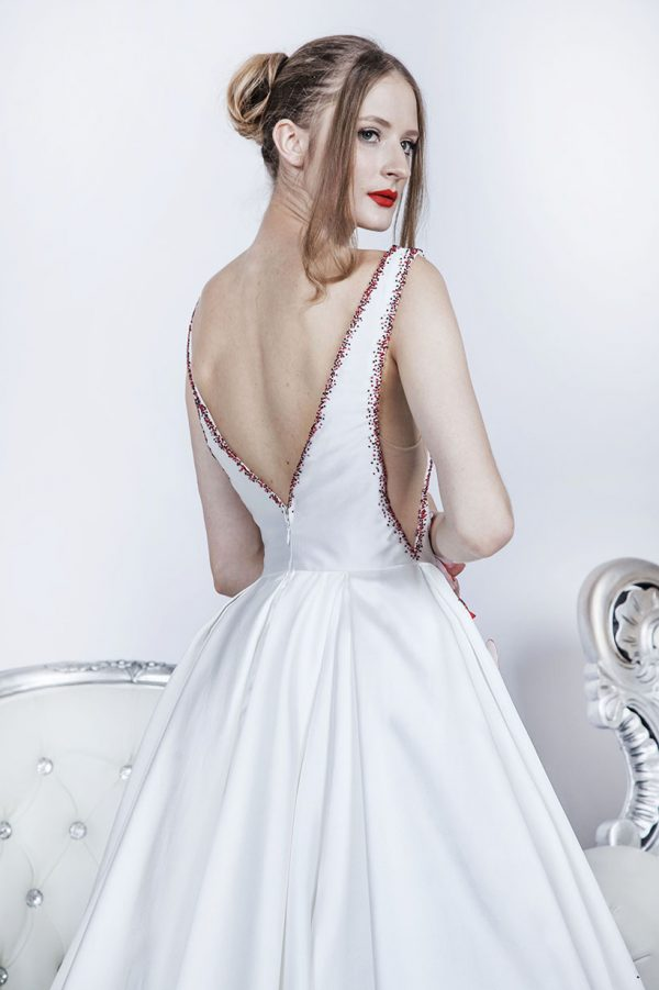 Krásné plesové šaty ze zady se sexy výstřihem