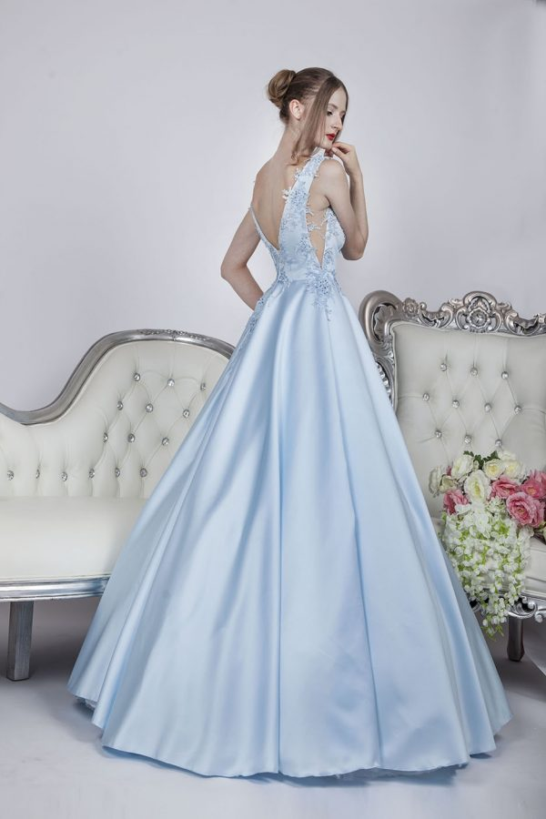 Bohaté krinolínové plesové šaty