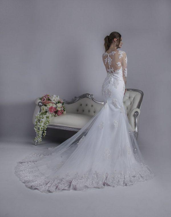 Svatební šaty s velmi dlouhou vlečkou