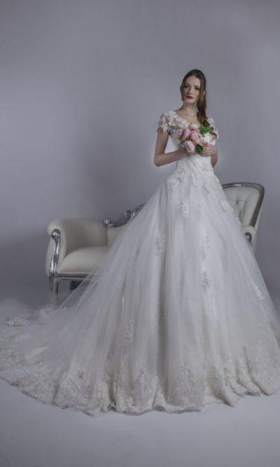 Svatební šaty bohatě zdobené výšivkou