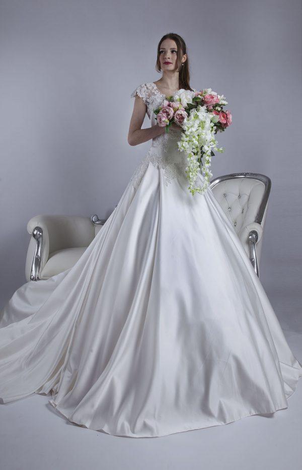 Svatební šaty pro plnoštíhlé s krajkou