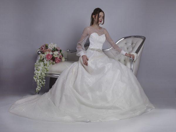 Svatební šaty s třpytivou áčkovou sukní