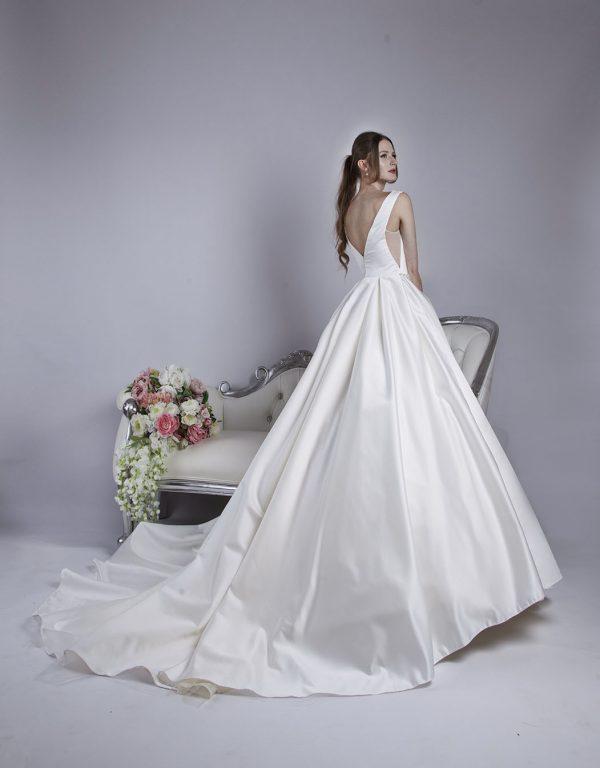 Svatební šaty se sukní a sklady