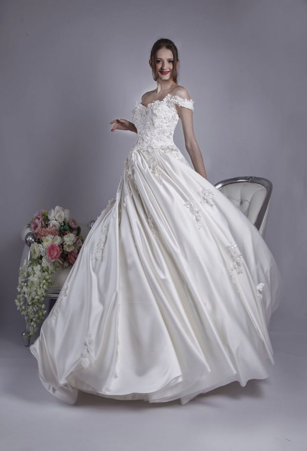 Svatební šaty s objemnou saténovou sukní