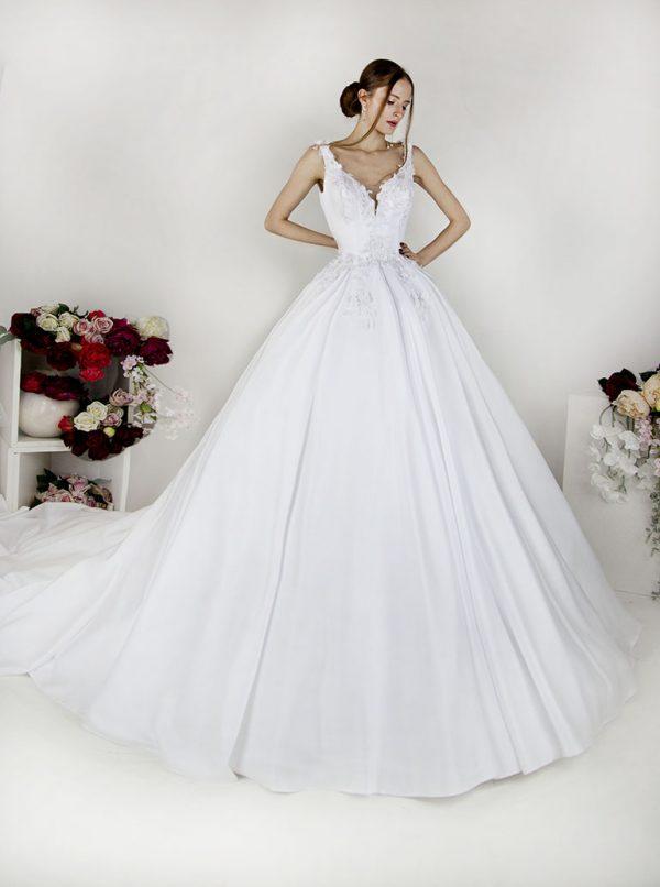 Svatební šaty s hlubokým dekoltem a krajkovým zdobením