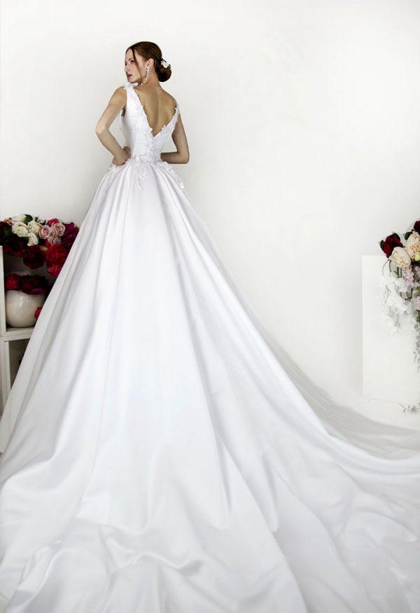 Svatební šaty z bílého saténu a výstřihem na zádech