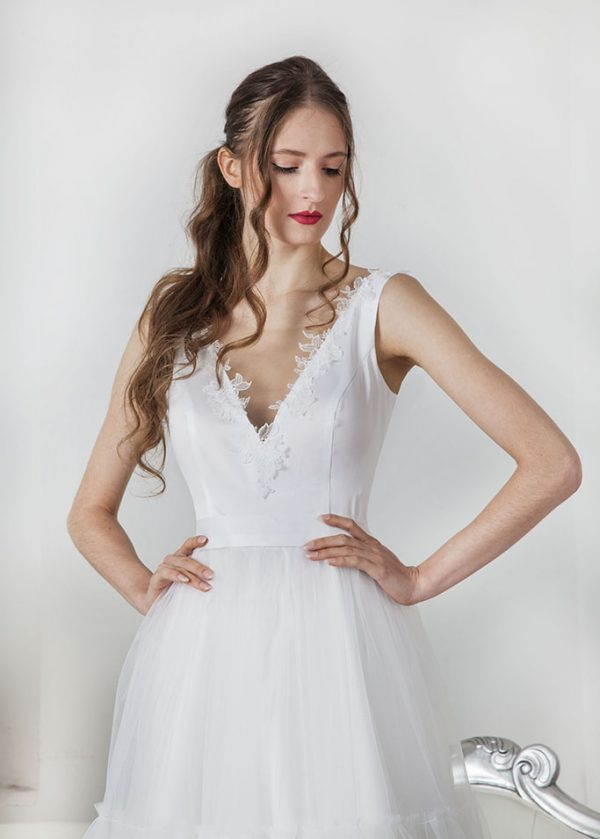 Svatební šaty s dekoltem a ramínky ze saténu