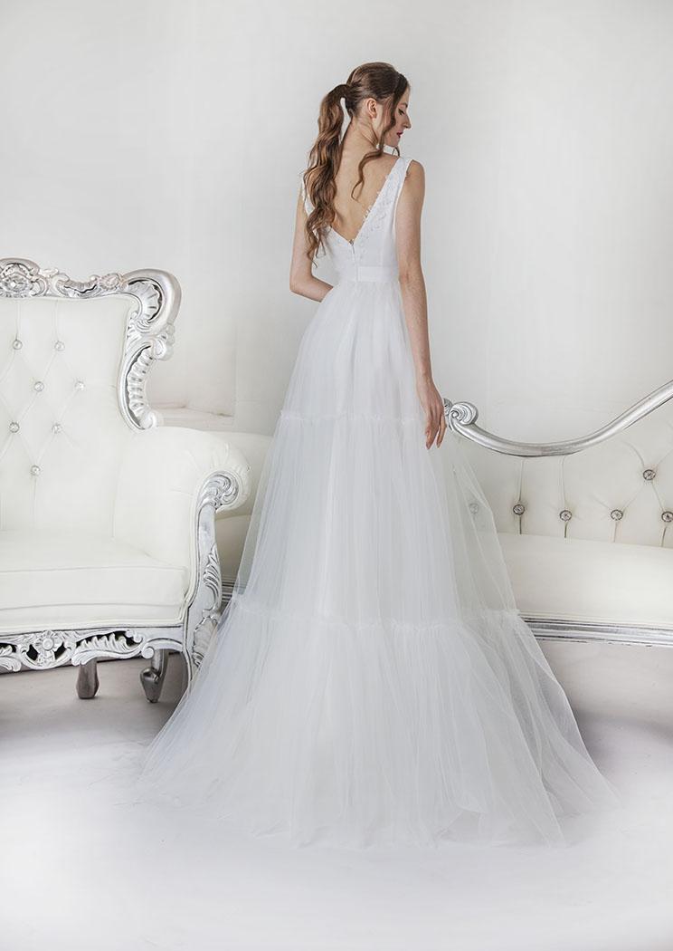 Jednoduché krátké svatební šaty na svatbu