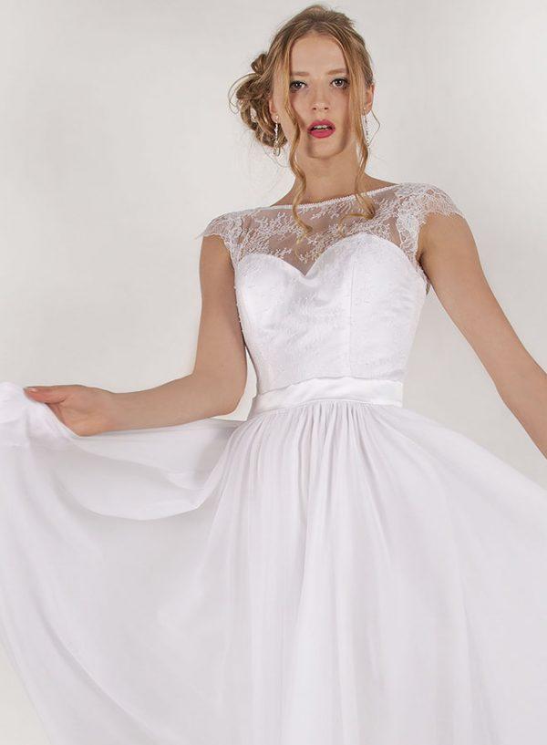 Bílé svatební šaty s bílou krajkou