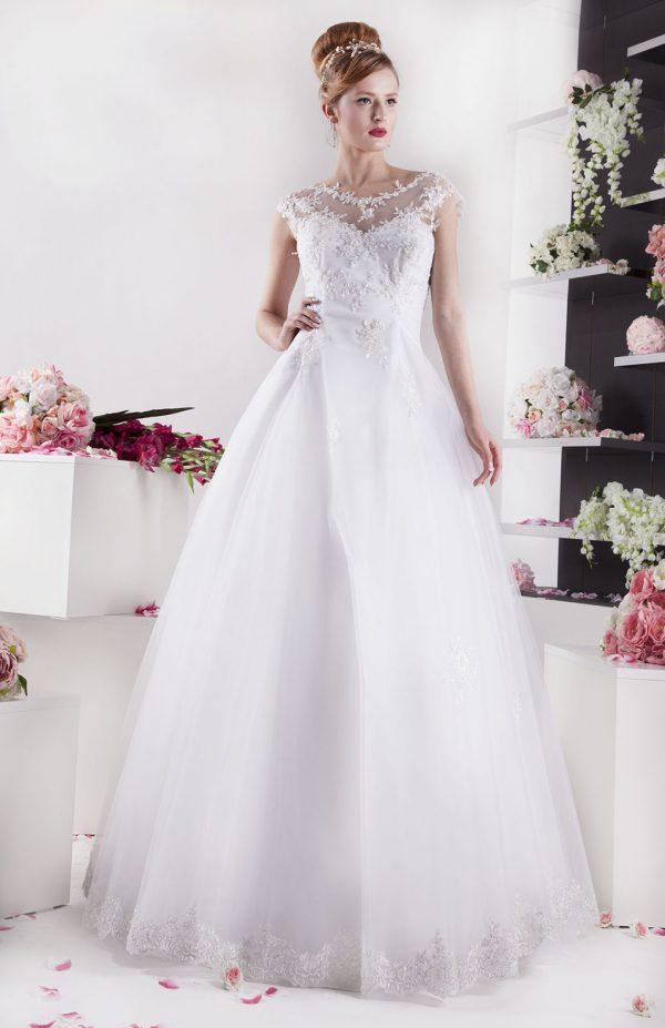 Svatební šaty s pevným tylem a tradiční krajkou