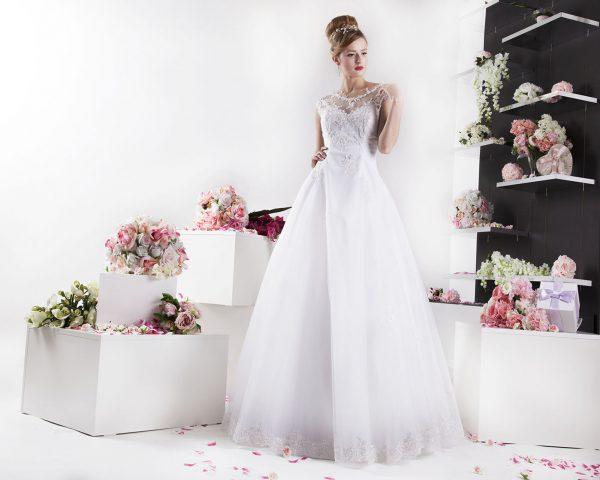 Nežné a strohé svatební šaty pro tradiční nevěstu