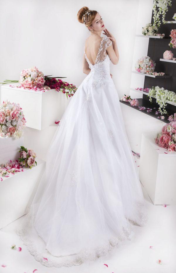 Bílé svatební šaty s krajkou a halými zády
