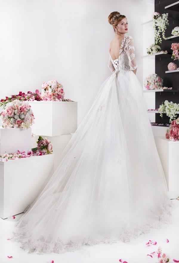Svatební šaty levně s rukávy a tylem