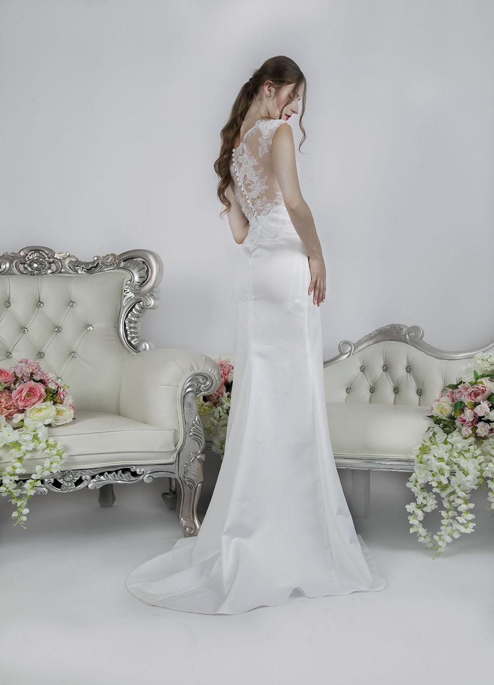 Svatební šaty s holými zády a krajkou