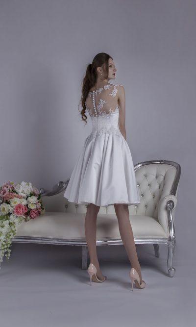 Svatební šaty s bohatou krátkou sukní