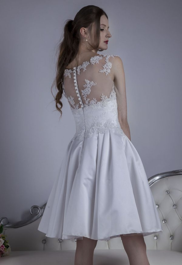 Svatební šaty s krajkou a knoflíčky krátké délky