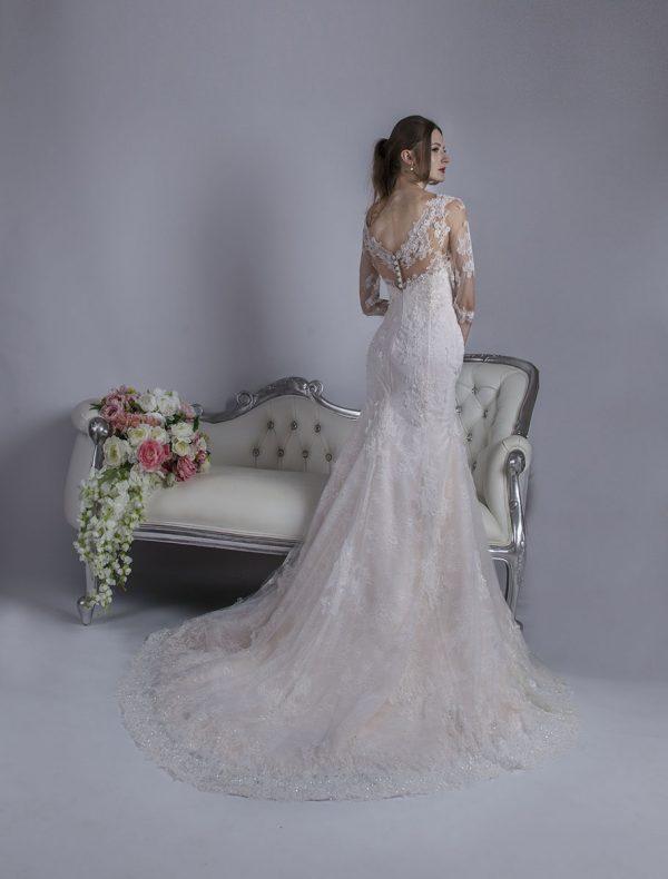 Svatební šaty s hlubokým krajkovým dekoltem