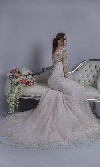 Svatební šaty s růžovým saténem a smetanovou krajkou