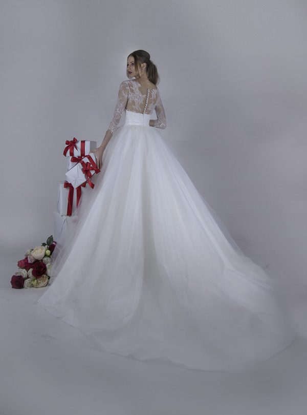 Svatební šaty s krajkou a knoflíčky na zádech