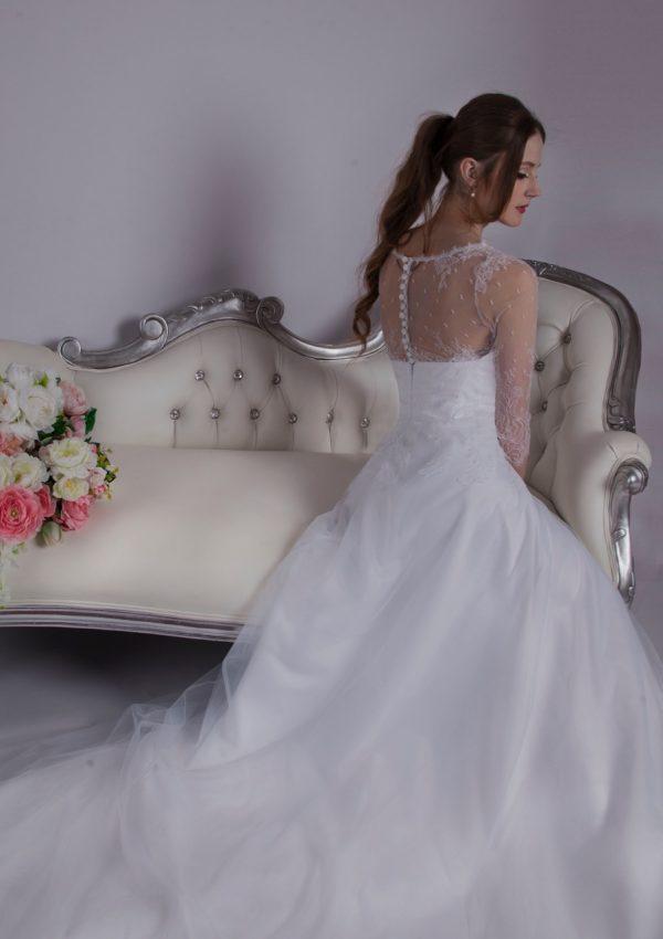 Svatební šaty s jemnou krajkou a luxusním tylem
