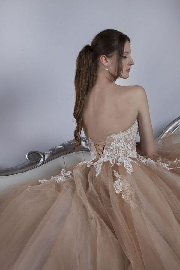 Béžové sppolečenské šaty se smetanovou krajkou