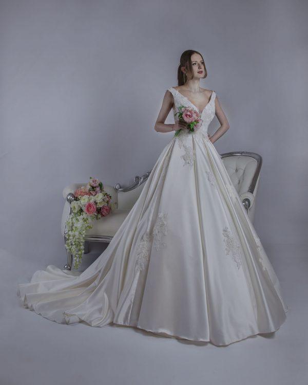 Svatební šaty ze saténu smetanové barvy
