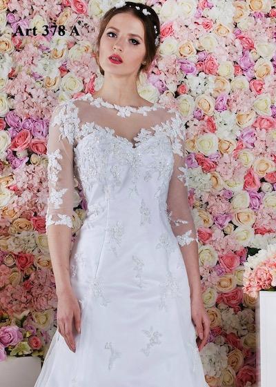 Něžné a propracované svatby šaty s dekoltem zdobeným krajkou