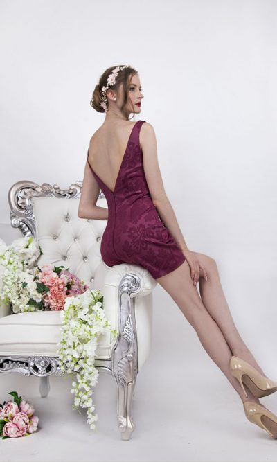Krátké koktejlové šaty s holými zády