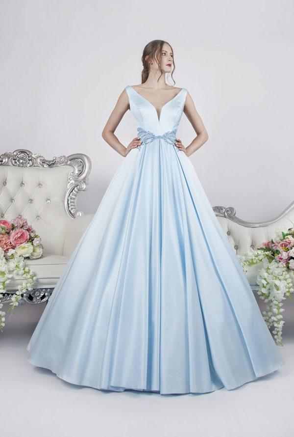 Společenské šaty světle modré barvy s bohatou saténovou sukní v Praze