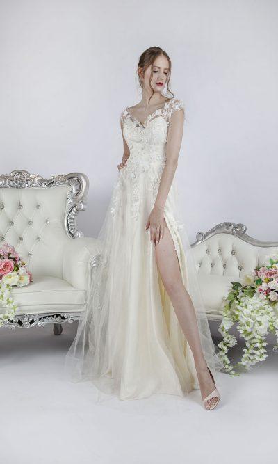 Plesové šaty světlého odstínu pro něžnou dámu