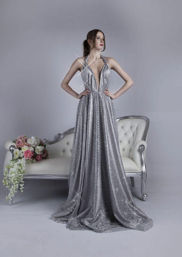 Jemné a splývavé stříbrné společenské šaty