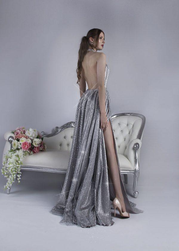 Stříbrné plesové šaty s holými zády a třpytky