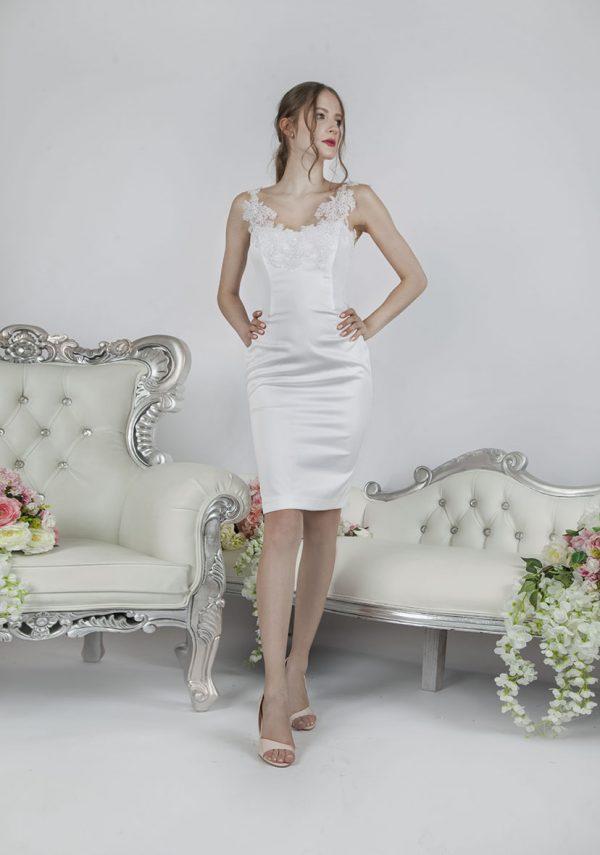 Elegqantní obepínqající bílé koktejlové šaty