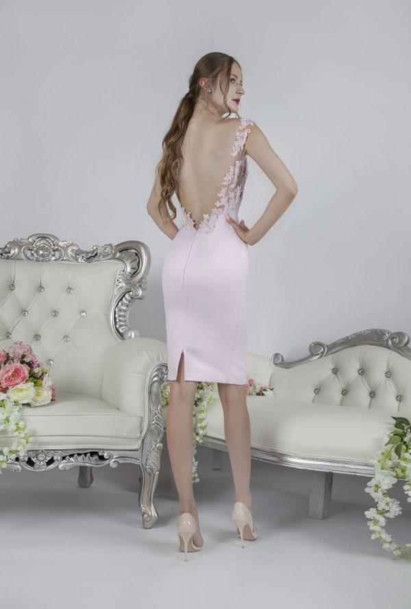 Krátké společenské šaty s hezkým dekoltem