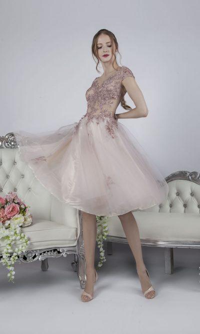 Společenské šaty krátké délky s jemnou tylovou sukní