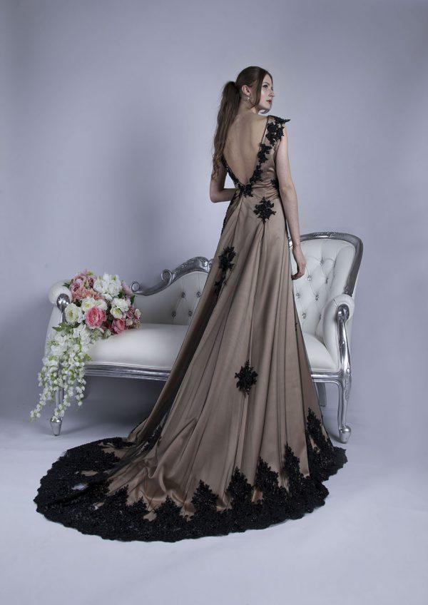 Večerní plesové šaty s hlubokým dekoltem na zádech