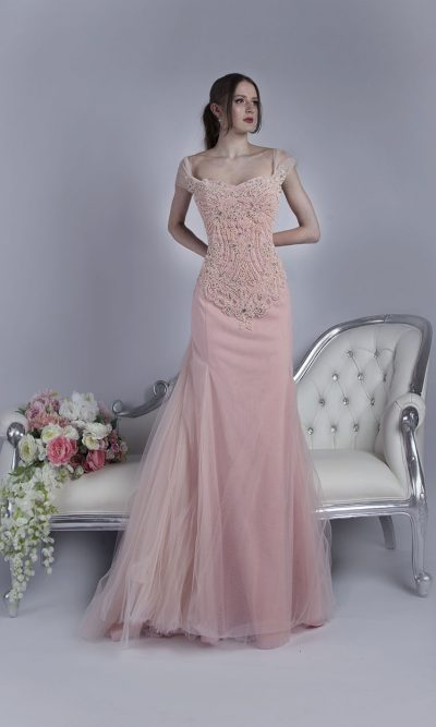 Jemné společenské šaty s bohatou růžovou výšivkou