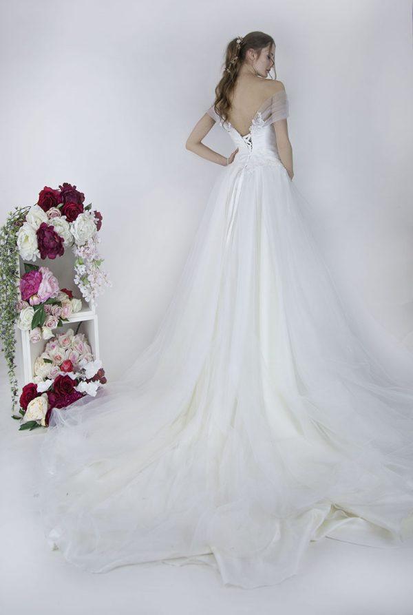 Tylové svatební šaty s bohatou sukní